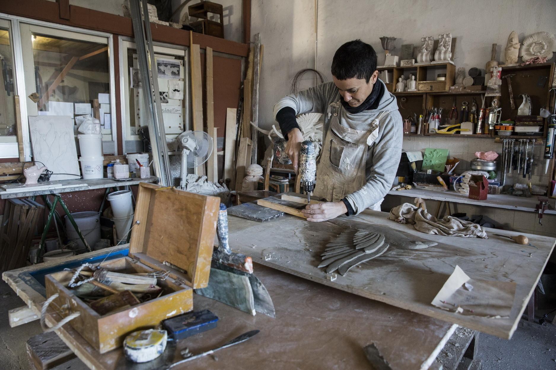 No atelier, em Viana do Castelo, Iva concentra todas as atenções nos gessos e estuques