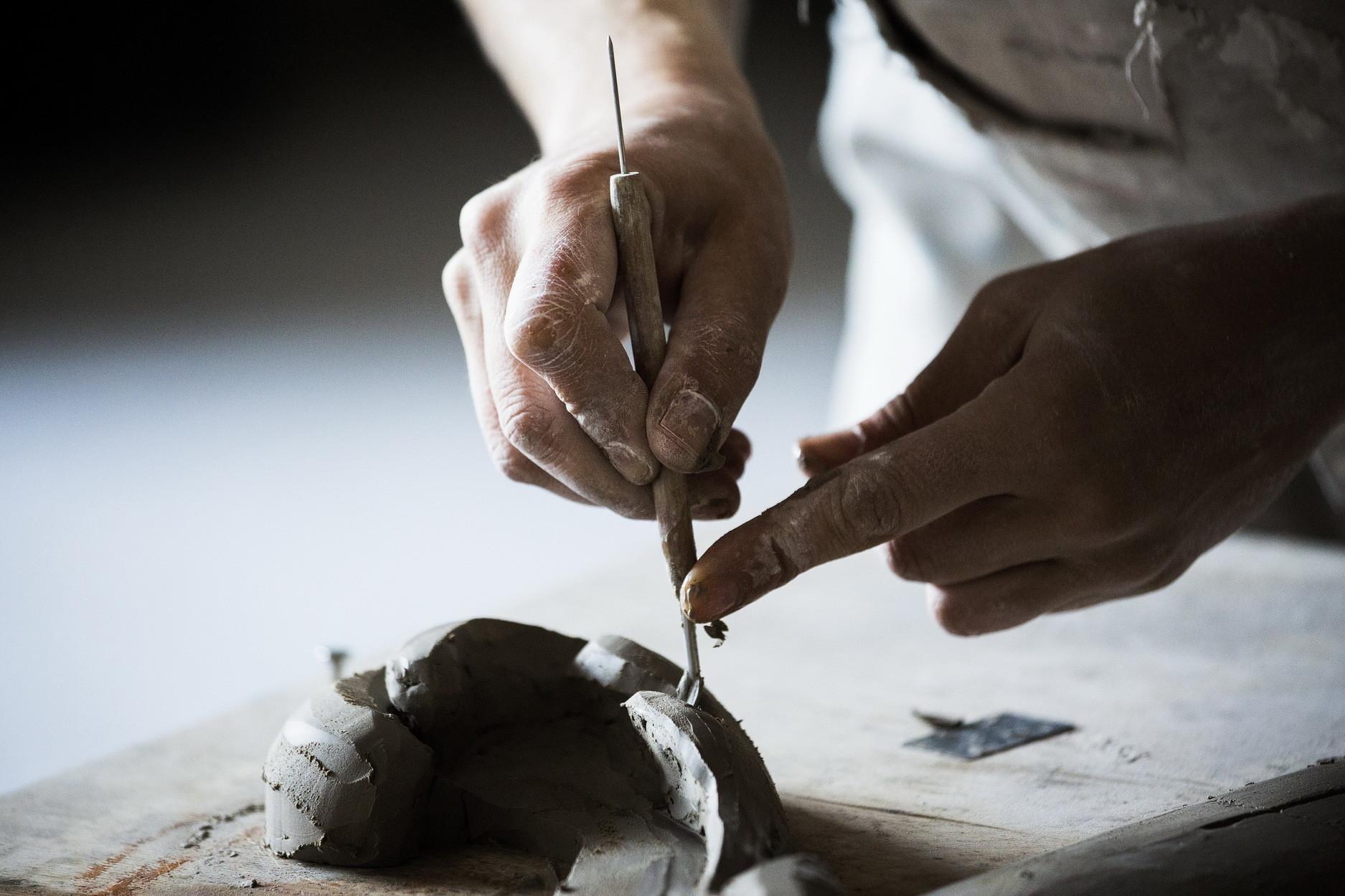 Para Iva, esta arte antiga, outrora trabalhada predominantemente pelas mãos masculinas, é abordada com uma sensibilidade e estética muito especiais