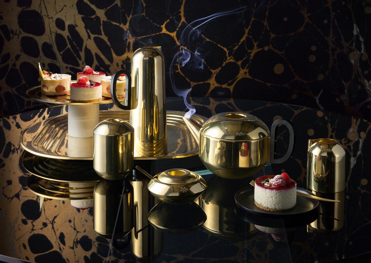 Bule de chá, Tom Dixon,  latão polido, com banho de ouro para uma subtil superfície mate. Logótipo gravado na base. Lavável com água morna e sabão, e seco com pano macio, 205€, na Linha da Vizinha e Oficinas Gerais