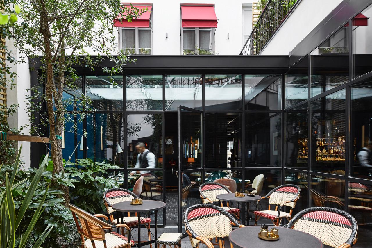 Le Roch pátio interior de acesso ao restaurante e bar