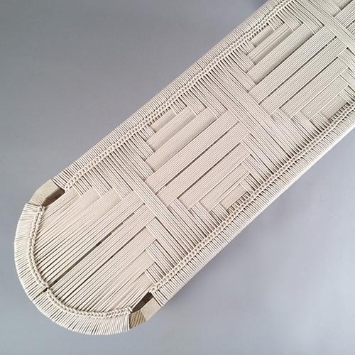 Banco 'Euclid', da Peg Woodworking, marca criada pela designer americana Kate Casey, em carvalho (vários acabamentos) e assento em fio de algodão entrançado. Padrões, dimensões e acabamento personalizáveis, disponíveis entre 6-8 semanas, aprox. 3000€, www.pegwoodworking.com