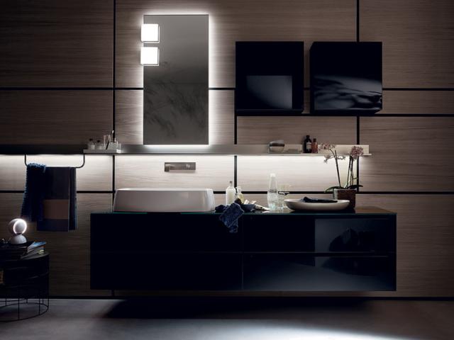 Da Scavolini Bathrooms, casa de banho com a coleção Gym Space, por Mattia Pareschi, lavatórios suspensos, estrutura fixa à parede dois espelhos (55 x 80 cm), prateleira e armário, scavolini.design