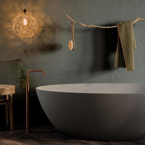 Da ByCocoon, lavatório suspenso e banheira Salinas, design de Piet Boon. Em bycocoon.com e na Stone Group, stonegroup.info
